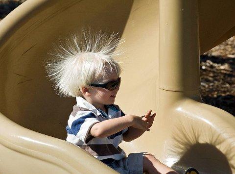 Elektrostatik veya durgun elektrik: kaydırakta kayan çocuğun saçları neden diken diken olmuş olabilir?