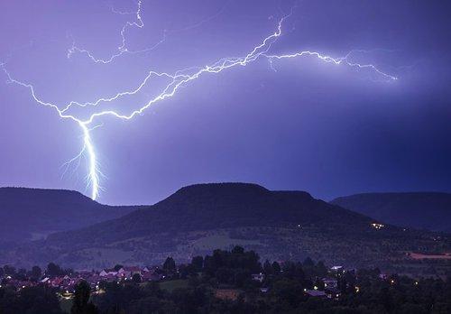 Elektrostatik veya statik elektrik yıldırım ve şimşek gibi doğa olaylarının oluşmasından sorumludur