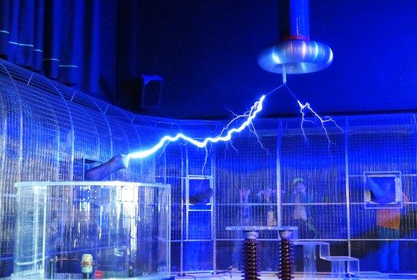 Faraday kafesi Tesla bobininden gelen elektrik atlaması insanlara zarar vermiyor