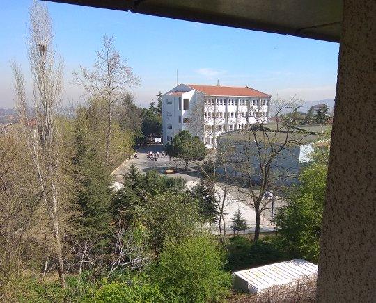 Cisim olarak pencereden görünen okul
