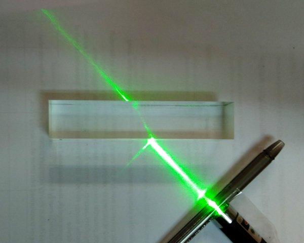 Işıkta kırılma lazer ışığı prizmanın içinden geçiyor